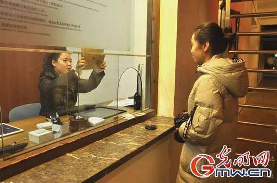 """进出乌镇景区,""""刷脸技术""""已经代替了人工验票。(李政葳 摄)"""