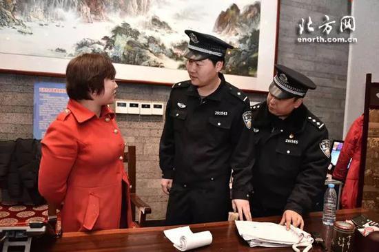 民警和承办年夜饭的饭店负责人叮嘱禁止燃放烟花爆竹相关规定
