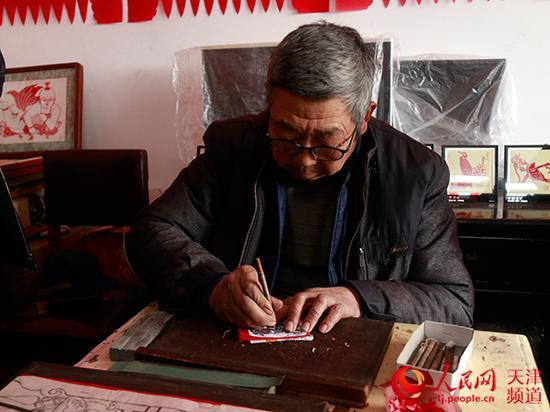 宁河剪纸传承人刘士存制作剪纸。孙一凡/摄