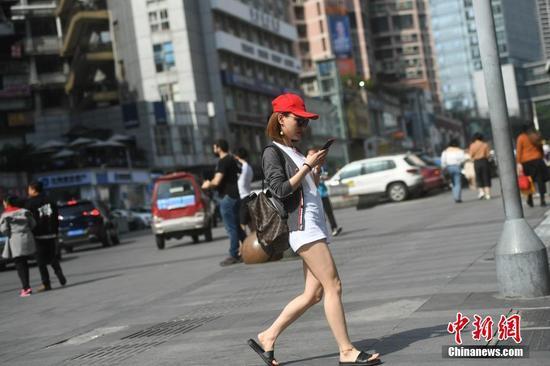 重庆主城区气温飙升逼近30℃ 美女着装清凉出行