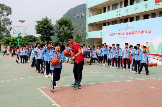 广西体专志愿者为孩子们授课