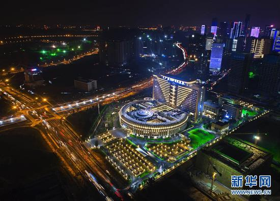 夜幕下的广西国际壮医医院(9月11日无人机拍摄)。新华社记者 周华 摄