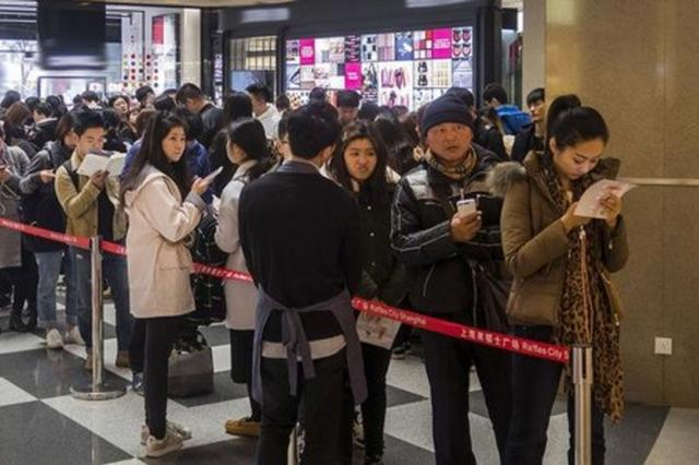 沪上记者应聘排队托 在网红店9小时赚140元