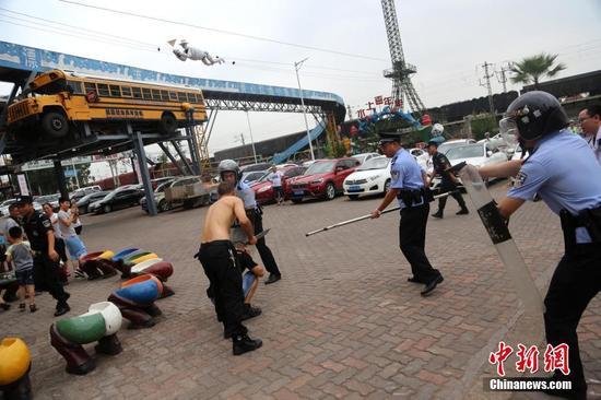 """重庆警方进行反恐防暴演练 民警迅速制服持刀""""歹徒"""""""