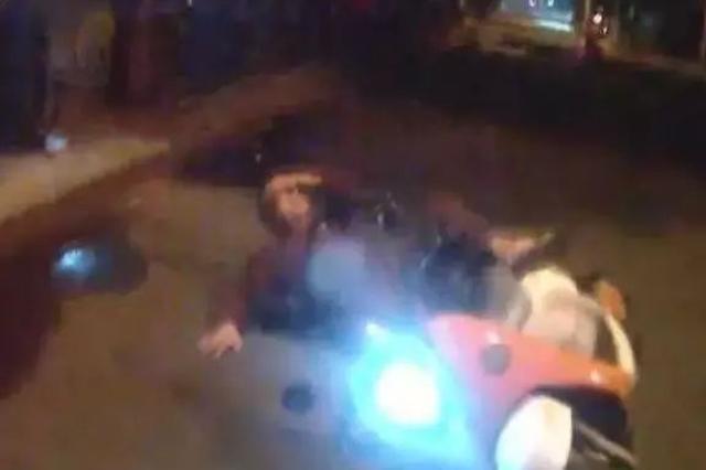 暖心一幕!凌晨电动车车主摔倒在地  湘潭交警伸援手