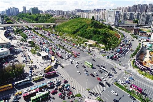昨日下午3时,原三岸高速收费站出城各方向车流已排成长龙 本报记者 段柳健 摄