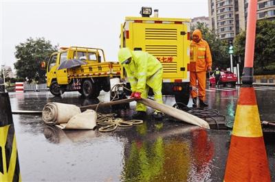 今晨,本市排水七所职工在台儿庄路和刘庄浮桥交口排除积水。
