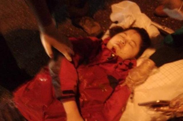 福州工业路夜骑女摔昏迷 众多路人伸援手