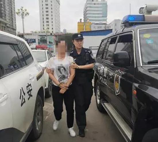 在解放西路成功将嫌疑人余某宏(女,湖北麻城人,涉嫌组织卖淫被追逃)抓获。 本文图片均为长沙公安提供
