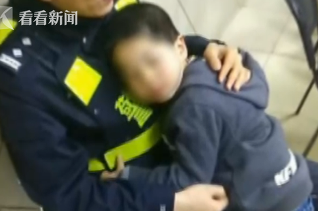最暖心的拥抱!4岁走失男童趴在民警身上感动网友
