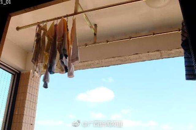 南宁一小区阳台顶水泥掉落 责任究竟该谁担