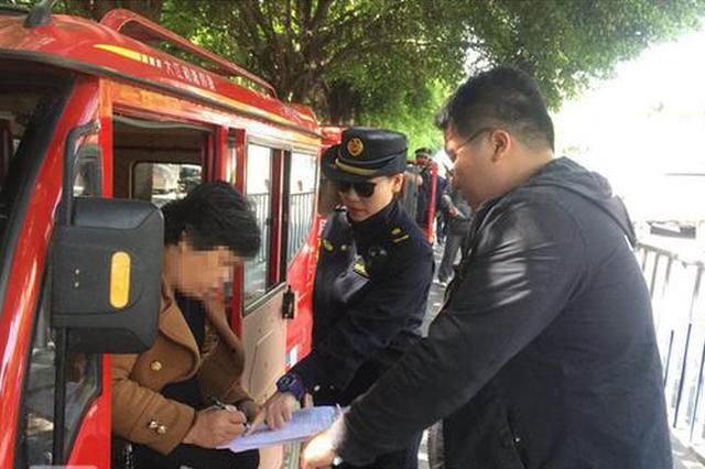 """跑得掉?柳州揽客三轮车""""冲卡""""致执法人员受伤"""