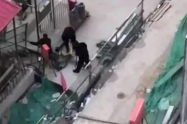 """天津三男子破坏共享单车 网友视频报警警察网上""""接单"""""""