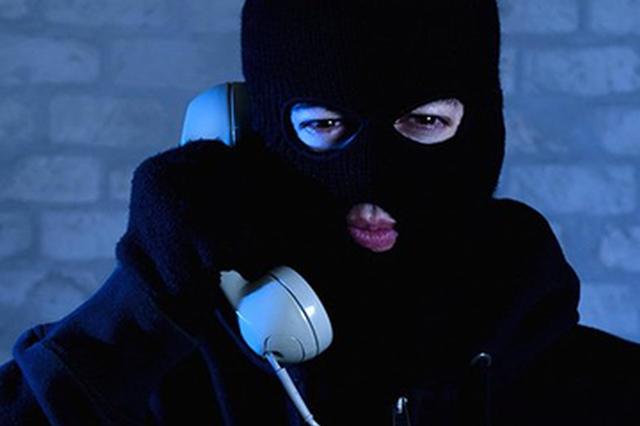 女乘客接诈骗电话忙去转账 的哥机智识破:先报警
