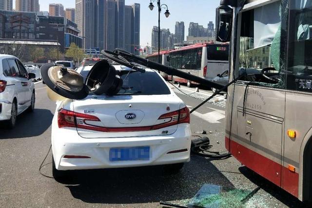 狮子林桥景观灯连砸两车 轿车司机说幸亏……