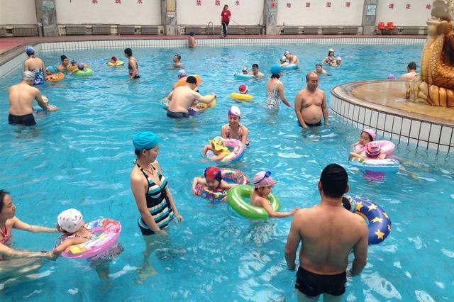南宁:今日持续炎热  游泳消暑注意安全