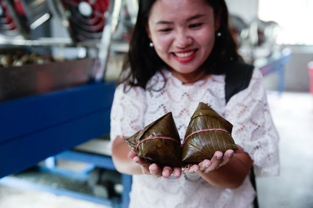 参观万宁温氏和乐粽子加工厂 品三百年传承粽香美味