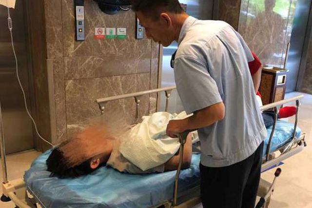 杭州一男子公交车内晕倒 公交司机和乘客及时救助