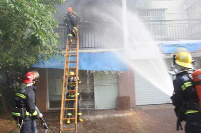 湖州1住宅楼突发大火 97年小伙子爬上阳台救出2女童