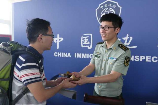 杭州边检站最年轻的执勤科长 给旅客送妻子包的粽子