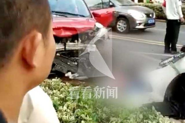 非机动车横穿马路被撞飞 骑车人空中翻滚四周生命垂危