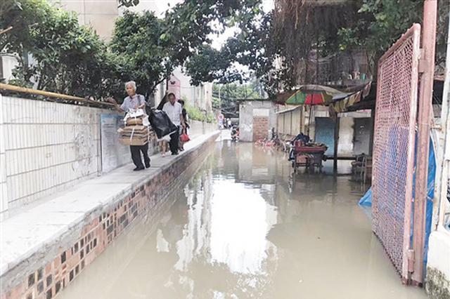 南宁这个老旧小区地势低 下雨内涝难出行