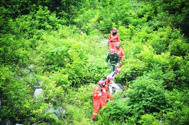 爬山迷路男子被困山上一夜 消防两次出动才将他救下