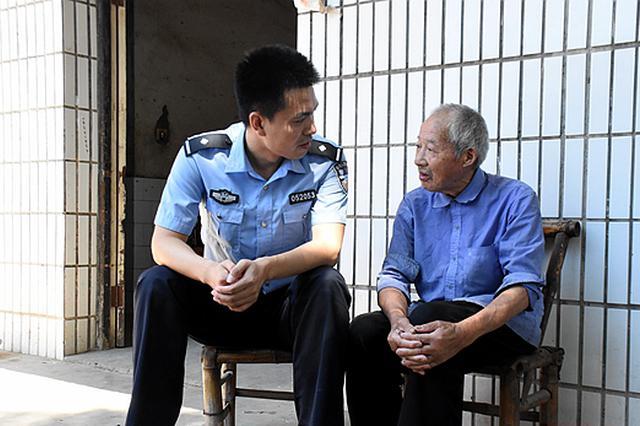 湘潭民警护送迷路老人回家 获网友好评点赞