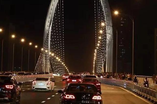 """柳州男驾车看""""网红桥""""被扣车记"""