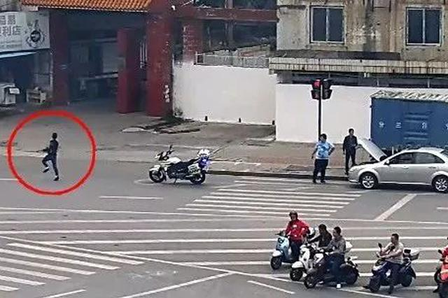"""""""让你300米也逃不掉"""" 柳州男子驾违法车两次冲卡"""