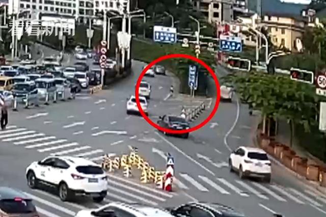 7岁男孩骑车在车流中穿梭 民警吓出一身冷汗