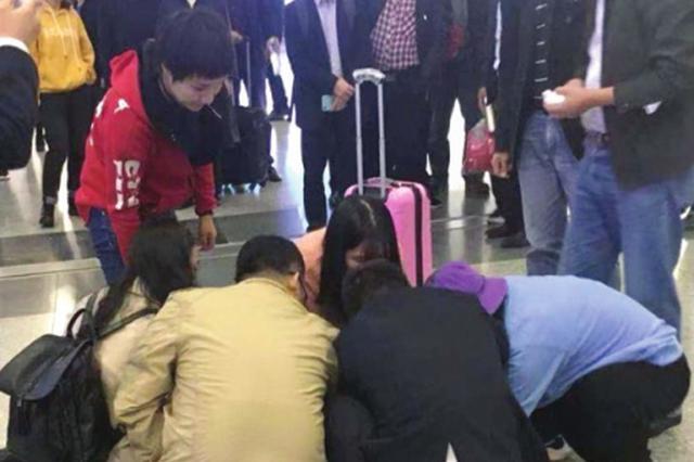 長沙車站一男子暈倒 熱心旅客緊急救助