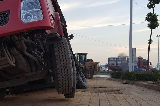 武汉东湖高新一路口 一名大学生不幸魂断大货车