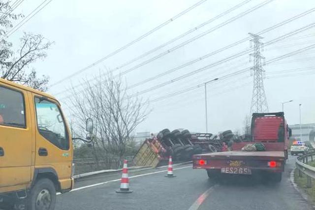 上海绕城高速发生事故 集卡轧坏护栏后侧躺于绿化带中