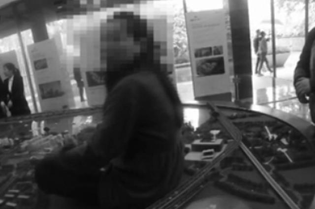 女子在售楼处坐沙盘模型维权 造成5万损失并被刑拘