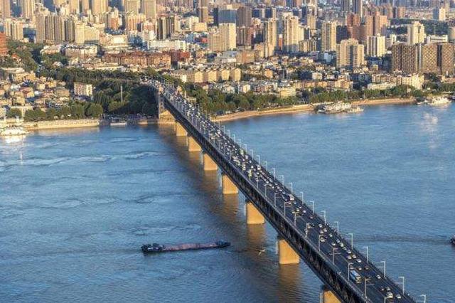 超高近4米浮吊船逆闯武汉长江大桥 被海巡艇紧急拦停