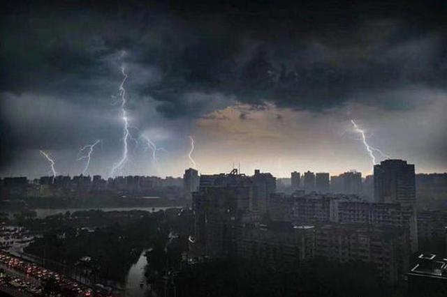 """南宁版""""至暗时刻""""!狂风暴雨突袭 天一下子就黑了"""