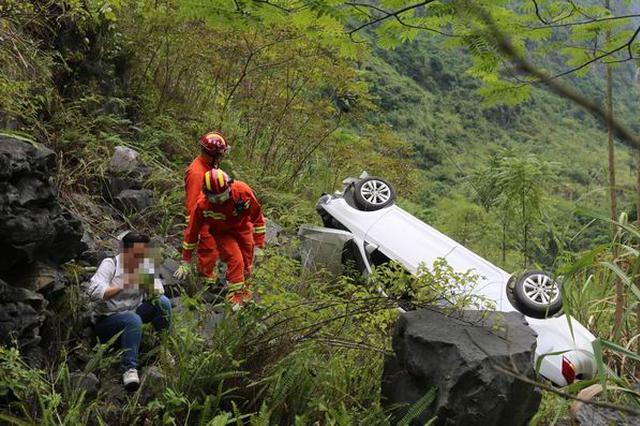 南宁马山县一小车翻下悬崖女司机被困 消防紧急救援