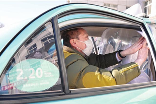 阻断病毒传播保障司乘安全 千套出租车防护隔离膜陆续安装