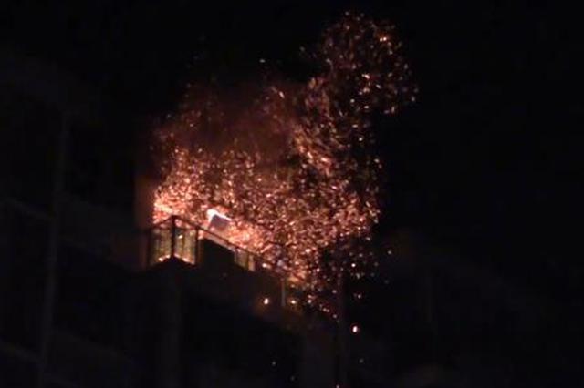 上海消防员数次冲进火场救一家五口 救援时又发生爆燃