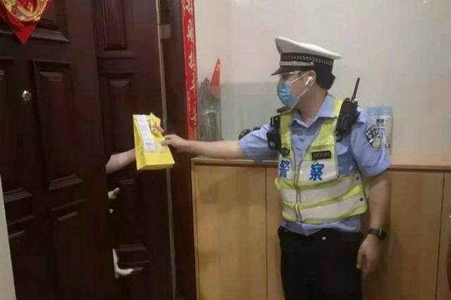骑手酒驾被查 重庆交巡警帮忙送外卖完成订单