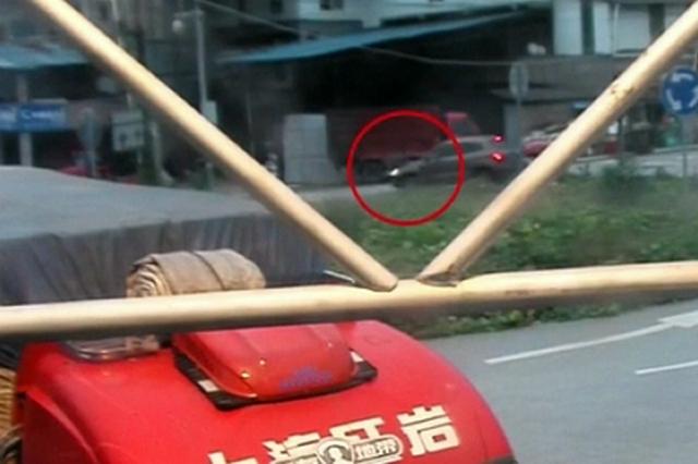 男子边走路边玩手机 被撞腾空飞起才发现到了路中间