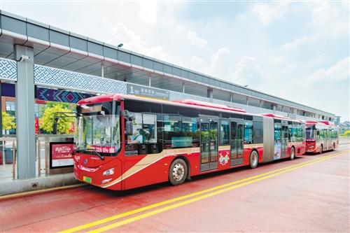 BRT 2号线18米长公交车准备发车。