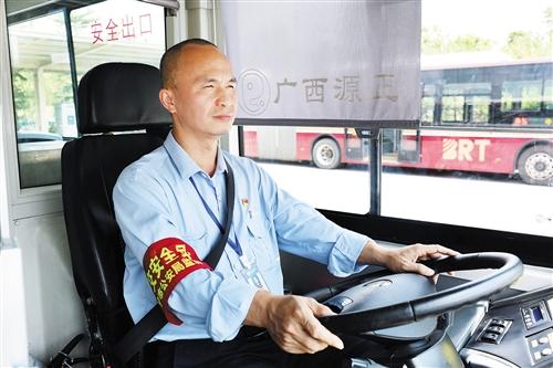 """驾驶员驾驶B01路公交车保障""""两会""""期间乘客出行。 (黄尉 摄)"""