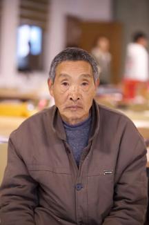 孙得元,69岁,15岁起学习手工编制。