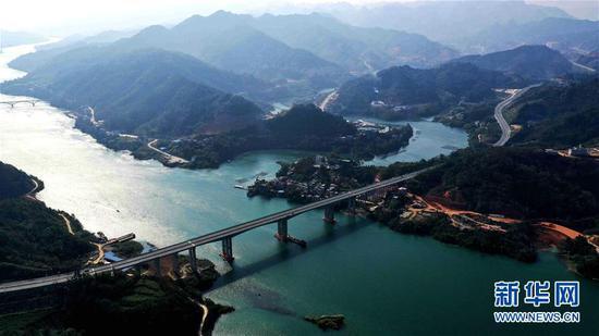 横跨红水河的广西河池至百色高速公路(11月25日无人机拍摄)。新华社发 (高东风 摄)