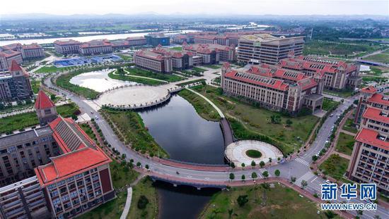 位于钦州市的北部湾大学(6月6日无人机拍摄)。   新华社发 (俞用 摄)