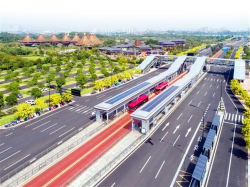 崭新气派的BRT 2号线南宁园博园站。