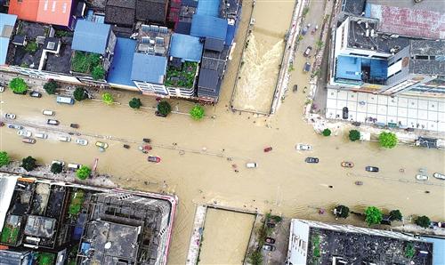 昨日,罗城遭受暴雨袭击,导致县城多处发生内涝 新华社发