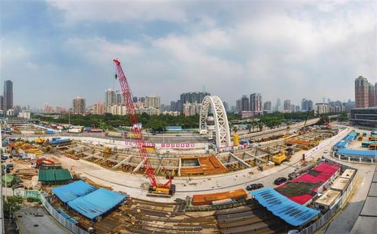 深圳地铁10号线福田口岸站主体结构施工。